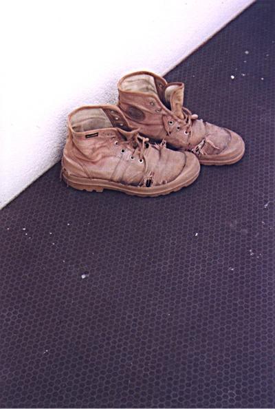 Met de schoenen tegen de muur