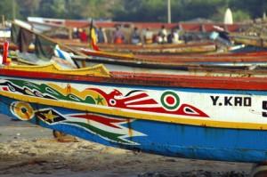 Vissersbootjes op het strand in Gambia