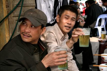 Mannen die bier drinken in Hanoi, Vietnam