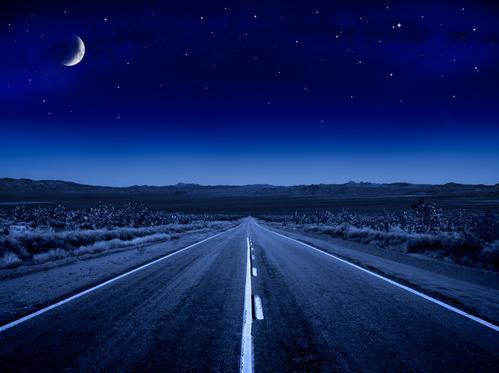 Weg onder een sterrenhemel
