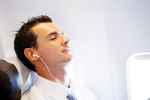 Muziek luisteren in het vliegtuig