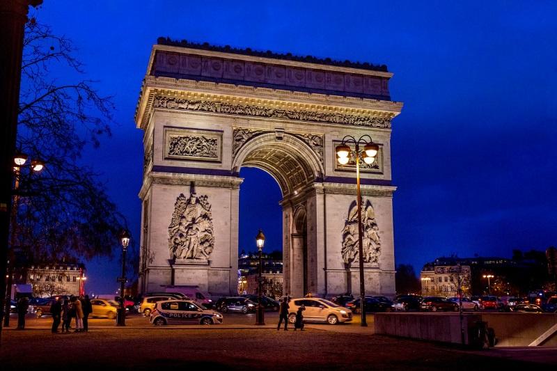 Arc de Triomphe in Parijs bij nacht