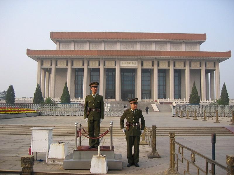 Erewacht bij Mausoleum van Mao in Peking